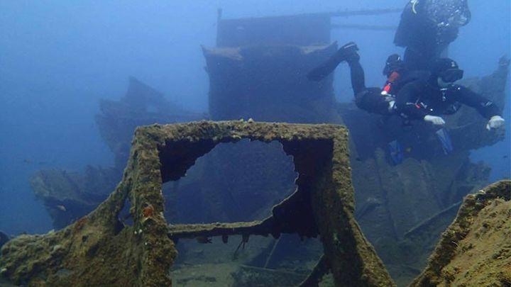 Santorini shipwreck scuba diving - padi deep diver